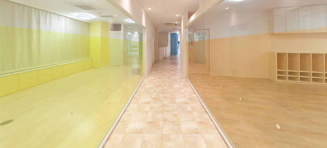 廊下・ガラス張りの保育室